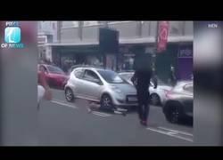Enlace a Dos chicos se pelean con un conductor en plena calle y no se esperaban sus artes marciales