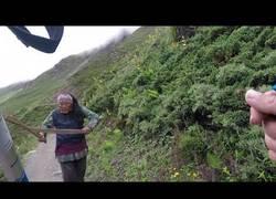 Enlace a Una mujer nepalí loca ataca a una familia británica en el circuito de Annapurna, Nepal