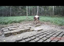 Enlace a Nuestro aventurero primitivo favorito sigue su historia ahora creando ladrillos