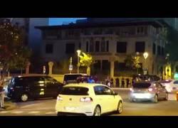 Enlace a Ponen a todo volumen el himno de España por las calles de Barcelona