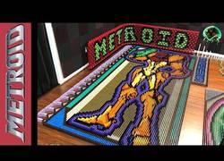 Enlace a Homenaje a Samus/Metroid con miles de piezas de dominó