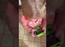 Enlace a Esta niña intentando jugar de forma táctil con la Game Boy Color demuestra que el mundo ha cambiado