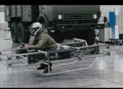 Enlace a Kalashnikov presenta su moto-drone con piloto.