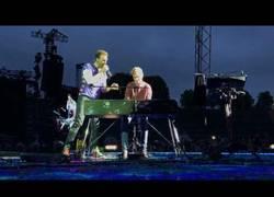 Enlace a Chris Martin subió a este chico al escenario para tocar el piano en pleno concierto