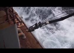 Enlace a Así se llena de combustible un barco en pleno mar