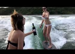 Enlace a Esta mujer mezcla el alcohol con surf y bueno, el resultado es este