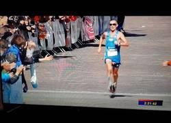 Enlace a Este atleta terminó el maratón con todas sus partes al aire