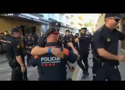 Enlace a Emotivo abrazo entre Mossos y Policía Nacional