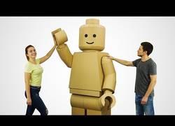 Enlace a Mira cómo se hace un muñeco de Lego gigante con cartón