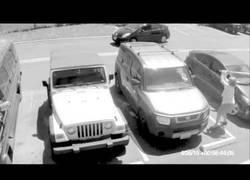 Enlace a Le quita el parking a una señora mayor y lo paga bien caro