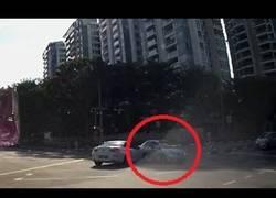 Enlace a Un auto fantasma, aparece de la nada y causa un accidente