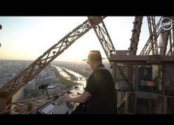 Enlace a Este Dj hace una sesión de lujo en plena Torre Eiffel