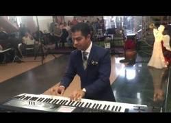 Enlace a Este crack se pone a tocar bandas sonoras en su boda mientras espera a que aparezca la novia