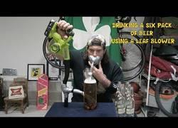 Enlace a Se bebe 6 botellas de cerveza usando un soplador de hojas en menos de 40 segundos