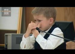 Enlace a Duras imágenes de un niño testificando contra su madre