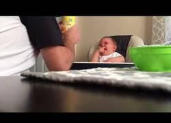 Enlace a Este bebé se mea de la risa con la torpeza de su padre