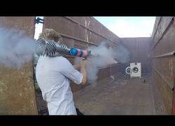 Enlace a La lavadora inmortal: resiste petardos, ladrillazos y hasta disparos con un bazooka