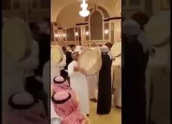 Enlace a Un jeque árabe regala un iPhone 8 a todos los asistentes de su boda