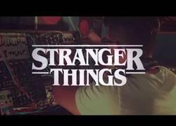 Enlace a La intro de 'Stranger Things', reproducida con un sintetizador modular