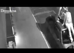 Enlace a Este hombre salva a varias mujeres del brutal ataque de unos pitbulls en plena calle