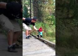 Enlace a Un padre salva a su hija de caerse por un puente