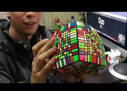 Enlace a Este chileno se hace el cubo de Rubik más grande (13x13x13)