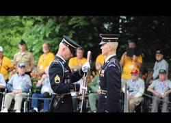 Enlace a La hipnótica inspección de armas que hace un Comandante de la Guardia en el Cementerio Nacional de Arlington