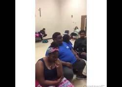 Enlace a Este chico sorprende cantando Diamonds de Rihanna con los compañeros de su clase