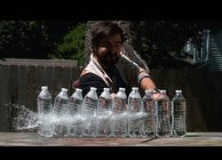 Enlace a Así se ve a cámara lenta cortando varias botellas con una katana