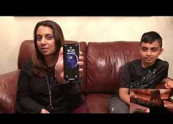 Enlace a Un niño de 10 años desbloquea el iPhone X de su madre con su propia cara y lo celebra con un 'dab'