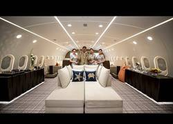 Enlace a Este tío presenta su Boeing 787 privado y es una pasada en su interior todo lleno de lujos