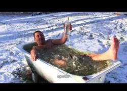 Enlace a Un baño tranquilizante en las aguas gélidas de Noruega