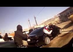 Enlace a Policías camuflados intentan arrestar a policías camuflados de vendedores de droga