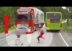 Enlace a Por los pelos: El sistema de autofrenado del Volvo Trucks salvó la vida a estos chicos cruzando la carretera a lo loco