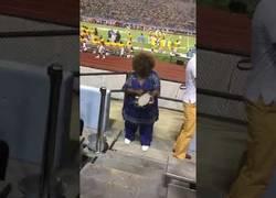 Enlace a Esta abuela sorprende a todos tocando la pandereta en pleno partido