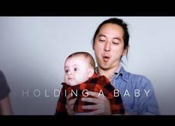 Enlace a No es fácil agarrar un bebé por primera vez