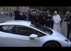 Enlace a Este es el flamante Lamborghini que ha recibido el Papa Francisco que subastará para causas benéficas