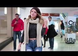 Enlace a Pintan a esta mujer unos pantalones con pintura y totalmente sin ropa y se pasea por un centro comercial