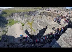 Enlace a La tremenda cola de cientos de personas para hacerse una foto en este maravilloso lugar