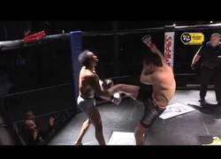 Enlace a El KO brutal de este luchador con una patada impresionante
