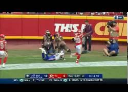 Enlace a Este jugador de la NFL dejó alucinando a todo el mundo levitando en pleno partido