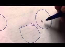Enlace a Una hormiga se siente atrapada en un círculo dibujado con un bolígrafo
