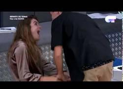 Enlace a Primer beso delante de las cámaras entre Amaia y Alfred en OT