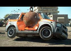 Enlace a Destrozando coches con una enorme bola