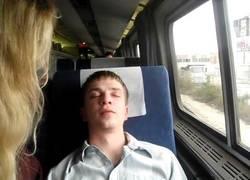 Enlace a Se hacen los dormidos mientras el revisor les pide el billete