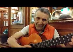 Enlace a Este señor italiano sorprende al mundo haciendo beatbox mientras toca la guitarra