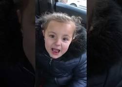 Enlace a Esta niña de 5 años sorprende al mundo entero rapeando esta famosa canción