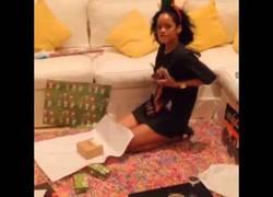 Enlace a Rihanna envolviendo regalos es lo más sensual que vas a ver en años