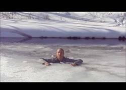 Enlace a Así se sobrevive fácilmente si caes en un lago helado