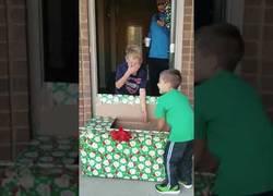 Enlace a La gran felicidad de este niño al ver como su regalo de Navidad era un cachorro